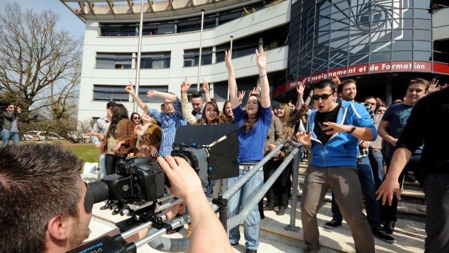 En début d'après-midi, sur le parvis de la CCI, les étudiants étaient deux fois plus nombreux à se déhancher en rythme devant les caméras.