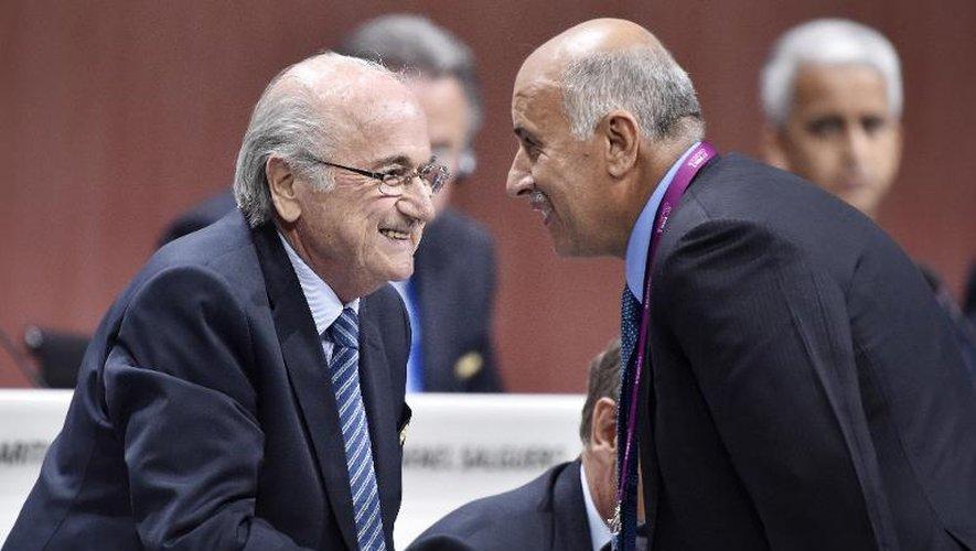 Sepp Blatter serre la main du président de la Fédération palestinienne Jibril al Rajoub à Zurich, le 29 mai 2015