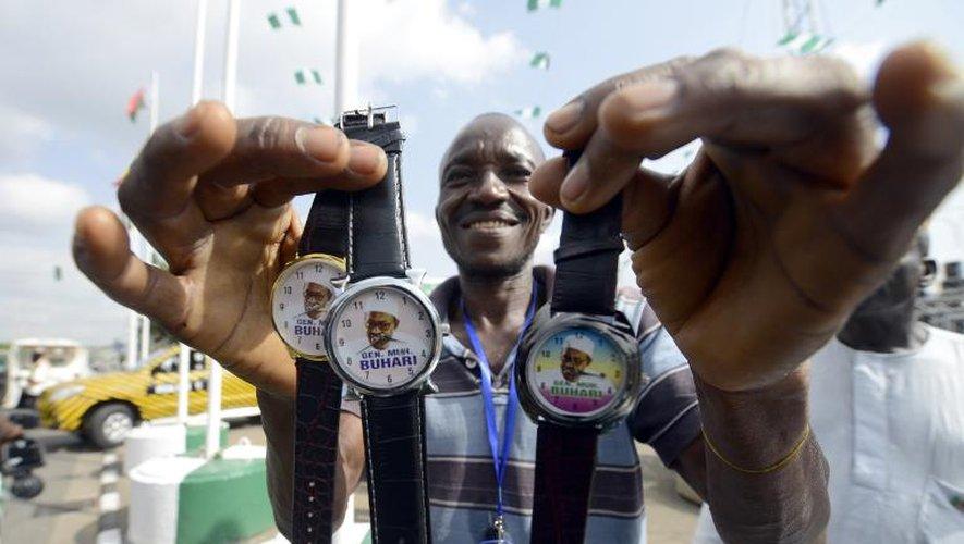 Un homme vend dans les rues d'Abuja des montres à l'effigie de Mohammadu Buhari le 28 mai 2015