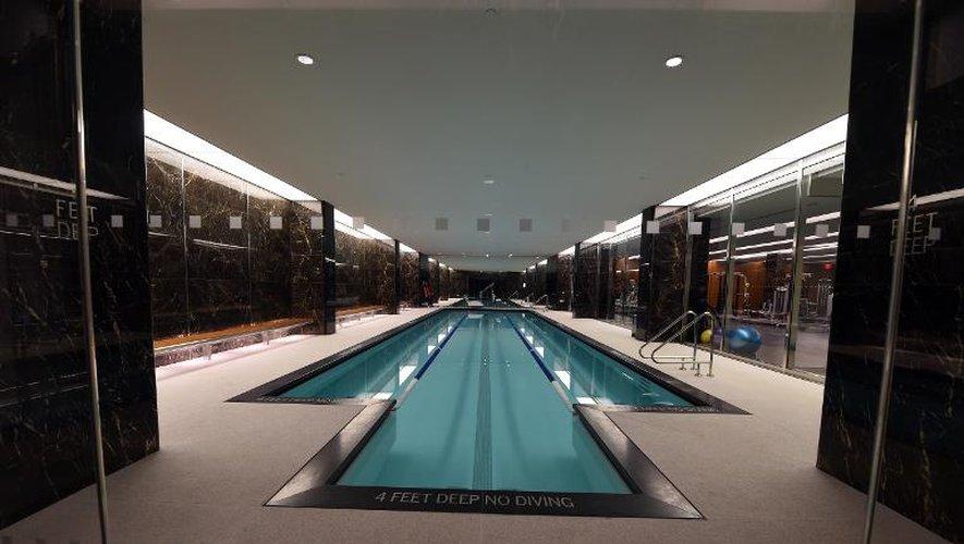 La piscine de la tour de luxe 50 UN Plaza, le 3 avril 2015 à New York