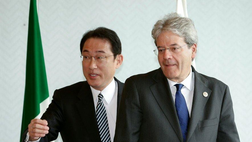 Le ministre japonais des affaires étrangères Fumio Kishida et son homologue italien Paolo Gentilonile 10 avril 2016 à Hiroshima