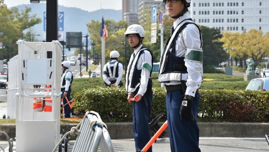 Forces de sécurité déployées devant le mémorial pour la paix le 10 avril 2016 à Hiroshima