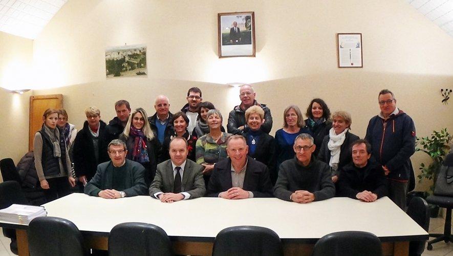 Élus et partenaires réunis pour signer le contrat en mairie de Soulages-Bonneval.