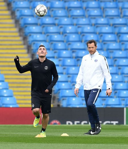 Le milieu de terrain du PSG Marco Verratti (g) s'entraîne à part dans le stade de Manchester City, le 11 avril 2016