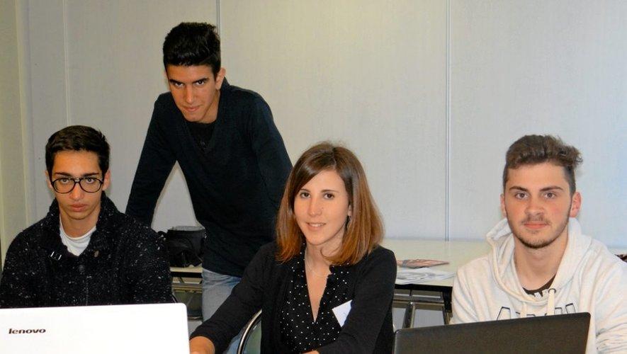 Romain, Amaury et Sophian avec Marion Cabrol, animatrice jeunesse au Réseau Information Jeunesse (RIJ).