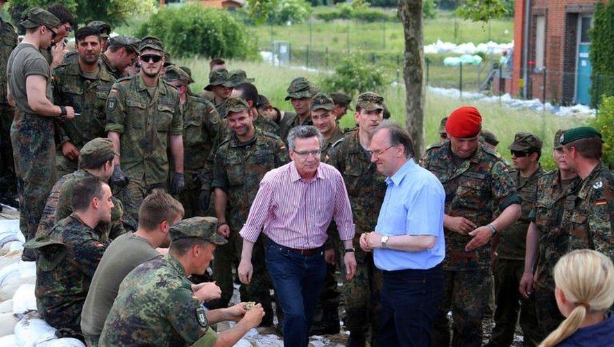 Le ministre allemand de la Défense Thomas de Maiziere (C) en visite le 9 juin 2013 à Rothensee, près de Magdebourg