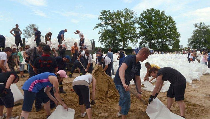 Militaires et bénévoles le 9 juin 2013 à Doemitz en Allemange