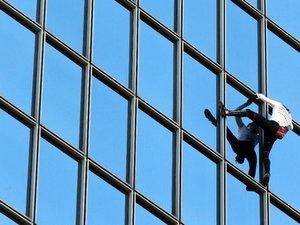 L'homme-araignée gravit la tour Total à La Défense