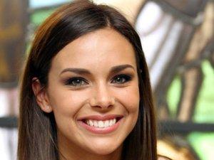 Miss France 2013 est l'égérie de Carrefour Beauté. Les leçons de beauté de Marine Lorphelin diffusées sur Youtube