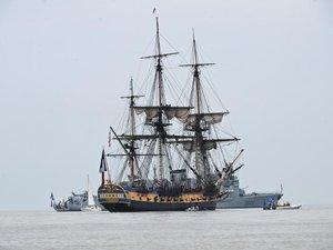 """""""L'Hermione"""" arrive à Yorktown, où Washington salue La Fayette"""