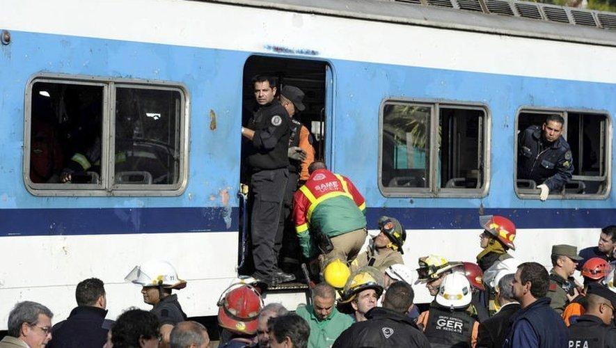 Des secouristes sur les lieux d'une collision ferroviaire à Castelar, à 30 km à l'ouest de Buenos Aires, le 13 juin 2013