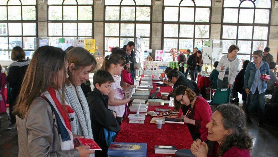 Douze auteurs venus de toute la France et trois illustrateurs étaient présents hier, sous la halle. Divers ateliers (ici la calligraphie) étaient proposés aux visiteurs qui pouvaient également visiter une expo sur l'histoire de la BD.