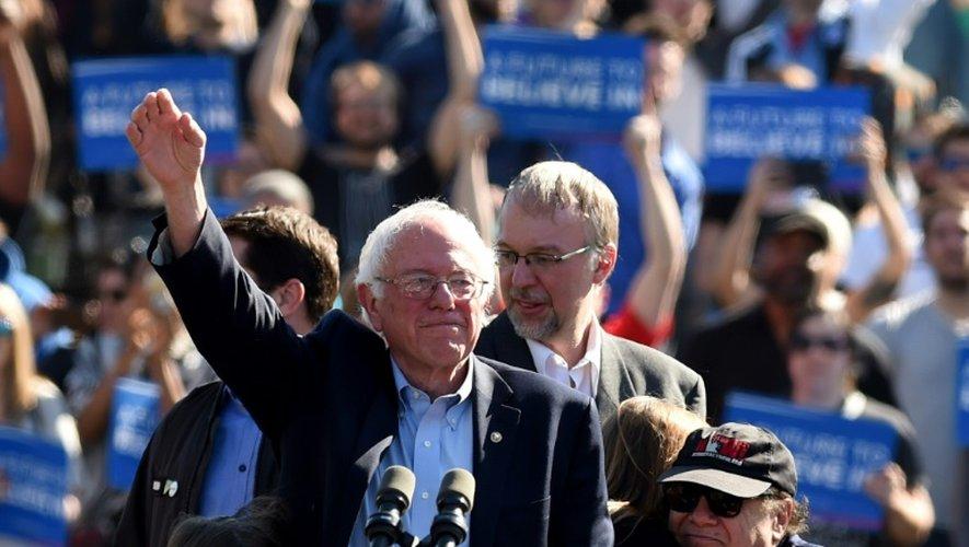 Le démocrate Bernie Sanders et l'acteur américain Danny DeVito, à Brooklyn, à New York, aux Etats-Unis, le 17 avril 2016