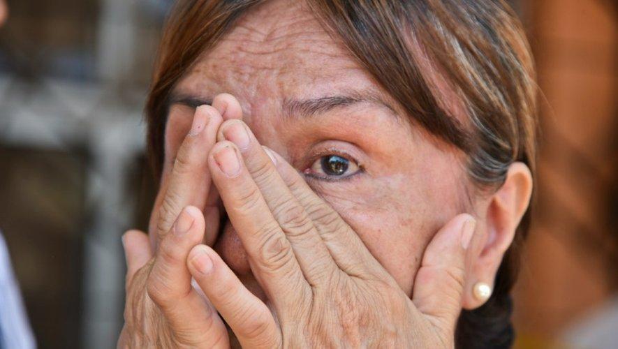 Une femme en pleurs attend des  nouvelles de ses  proches le 18 avril 2016 à Manta en Equateur