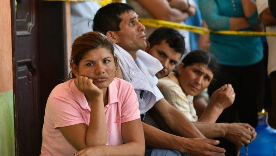 Des habitants en attente de nouvelles de leurs proches le 18 avril 2016 à Manta en Equateur
