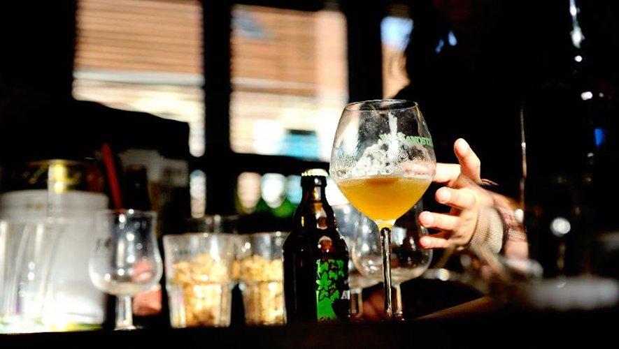 Un client consomme de la bière au comptoir d'une brasserie le 4 octobre 2012 à Paris