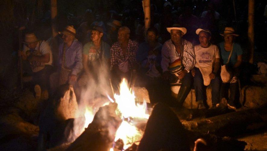 Des indigènes colombiens de l'ethnie Nasa prennent part à un feu rituel dans la région de Corinto, le 18 mars 2016