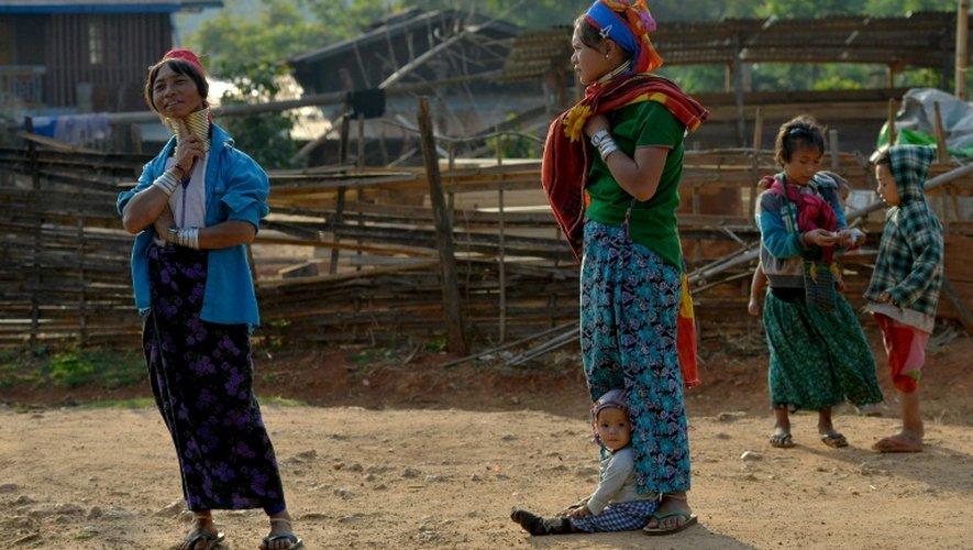 Des femmes de la tribu Kayan portent des anneaux de bronze autour du cou, signe de beauté, à Panpet, près de Demoso, dans l'Etat Kayah, au centre de la Birmanie, le 6 amrs 2016