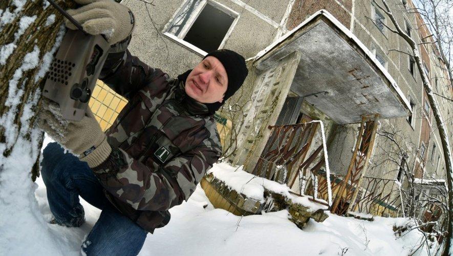 Le zoologiste Dennis Vishnevskiy, dans la ville fantôme de Pripyat près de la centrale de Tchernobyl en Ukraine, le 22 janvier 2016
