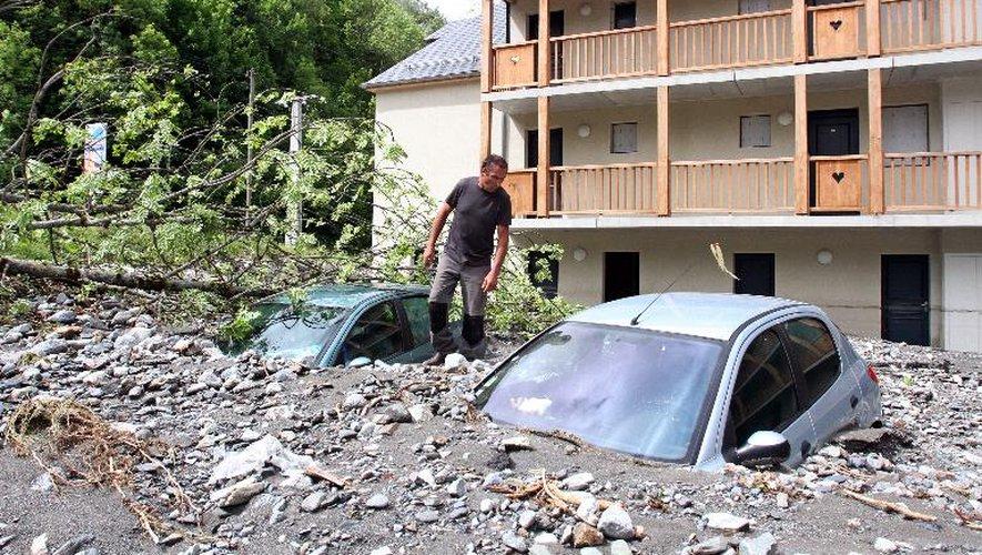 Véhicules sous la boue et les gravats le 20 juin 2013 à Bareges