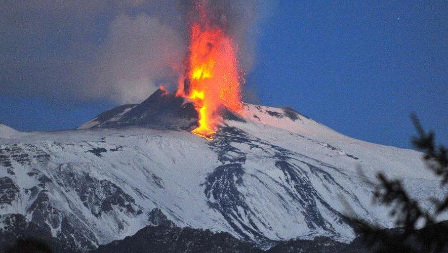 """Le volcan italien Etna, l'un des volcans """"les plus emblématiques et les plus actifs du monde"""", le 6 janvier 2012"""