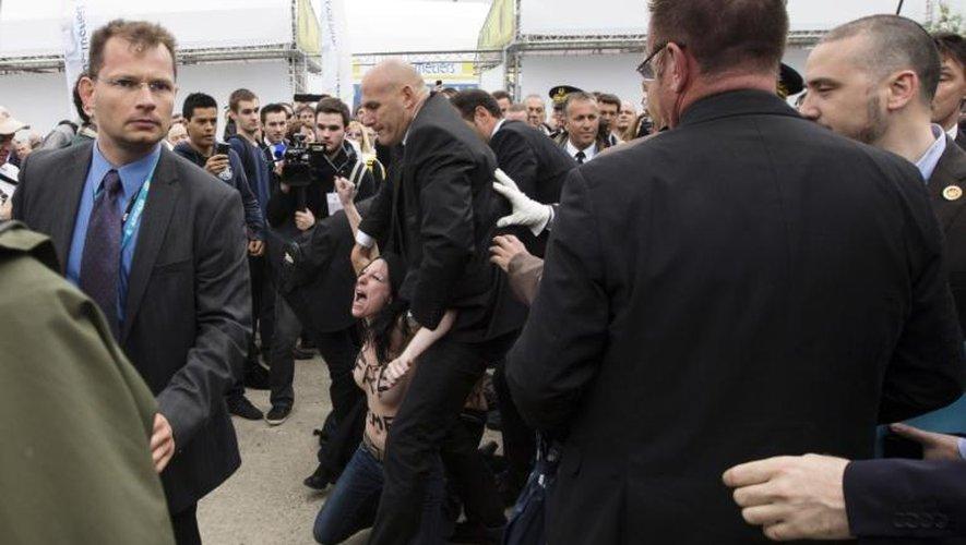 Une militante Femen est arrêtée le 21 juin 2013 au salon du Bourget au moment de la visite du président François Hollande