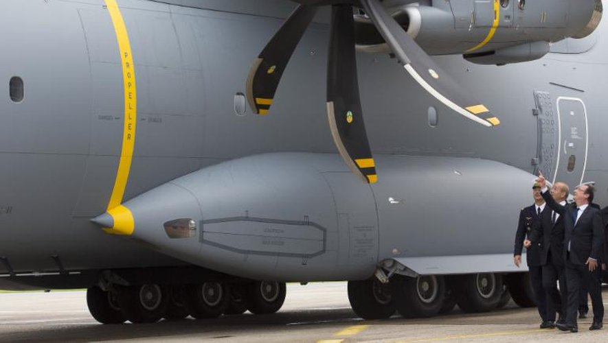 François Hollande et le ministre de la Défense Jean-Yves Le Drian arrivent le 21 juin 2013 à bord de l'A400M, l'un des appareils star du salon