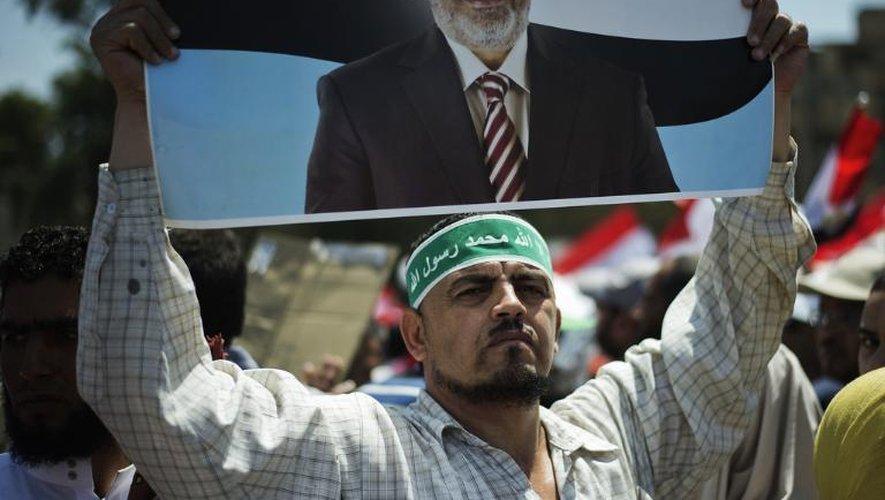 Un militant islamiste égyptien brandit un portrait du président Mohamed Morsi, le 21 juin 2013 au Caire