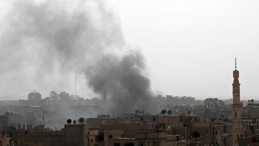 Des fumées émanant de Deir ez-Zor au nord-est de la Syrie après une attaque aérienne des forces gouvernementales, le 21 juin 2013