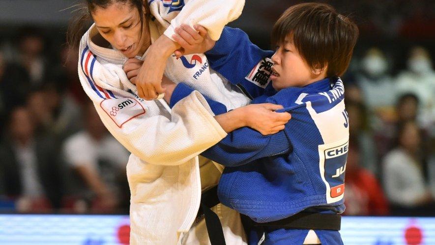 La Française Annabelle Euranie (blanc) à la luttte avec la Japonaise Yuka Nishida en moins 52 kg au tournoi de Tokyo, le 4 décembre 2015