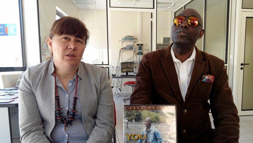 Abel Mbani, accompagné d'une amie danseuse, compte beaucoup sur la vidéo pour faire découvrir son nouveau CD.