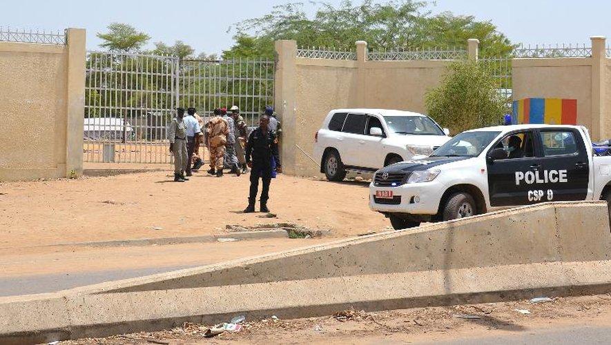 Des véhicules de police devant le commissariat central de N'Djamena qui a été frappé par un double attentat-suicide, le 15 juin 2015