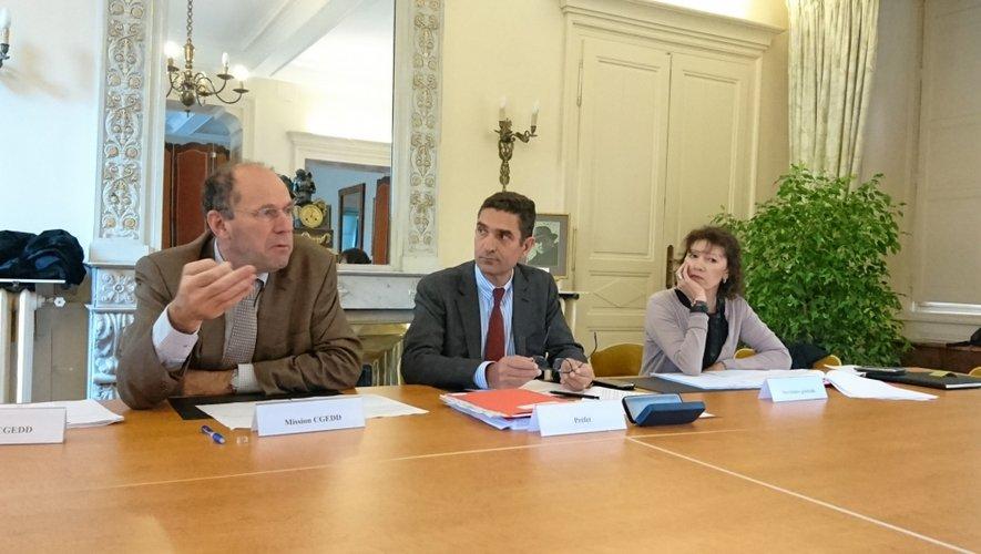 Nicolas Forray (à gauche), coordonnateur du rapport, aux côtés du préfet de l'Aveyron Louis Laugier.