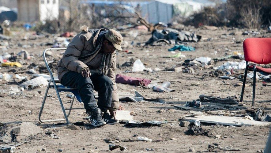 """Un migrant, lors du démantèlement de la partie sud de la """"Jungle"""", le 14 mars 2016 à Calais (nord de la France)"""