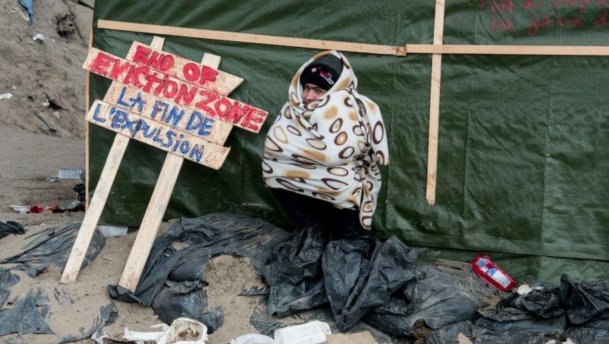 """Un migrant assiste à la fin du démantèlement de la partie sud de la """"jungle"""" de Calais, en France, le 16 mars 2016"""