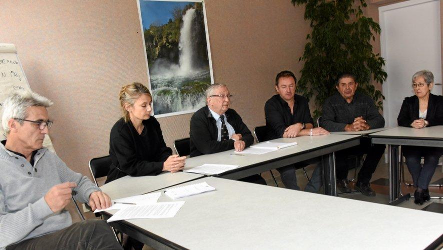 Jean-Louis Alibert, le maire, hier, entouré de ses adjoints.