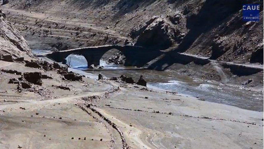 Les vestiges aux alentours du Pont de Tréboul sont visibles à nouveau. Un paysage digne de 1934, avant la construction du barrage.