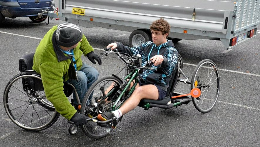 Avant de proposer, aujourd'hui, l'expérience aux Ruthénois, les étudiants ont du se familiariser avec les équipements handisports, comme ici le bike.