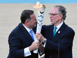 Brésil: la flamme olympique arrive, Rousseff s'apprête à partir