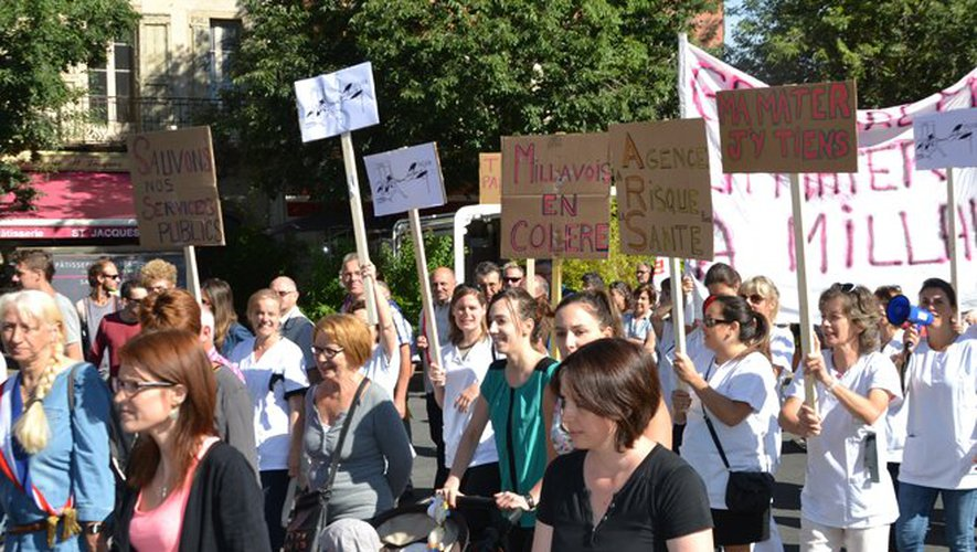 Plus de 2000 personnes ont défilé lundi matin sur les boulevards ceinturant la mairie.