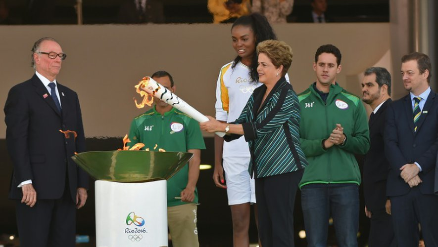 La Présidente du Brésil Dilma Rousseff avec la flamme olympique, le 3 mai 2016 à Brasilia
