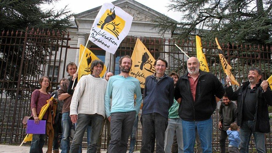 Entendus par le commissariat, les militants ont ensuiet pris la direction du tribunal pour déposer leur plainte.