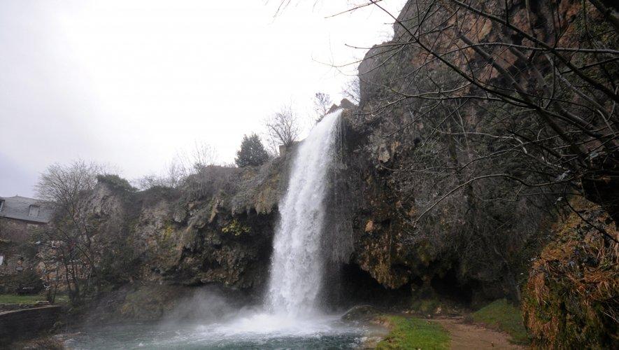 La cascade de Salles-la-Source ne connaît pas tout le temps un tel débit…
