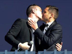 Un an après, les Français favorables au mariage homosexuel, divisés sur l'adoption