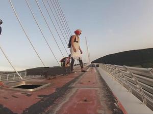 Base jump : ils sautent le Viaduc de Millau depuis un bus