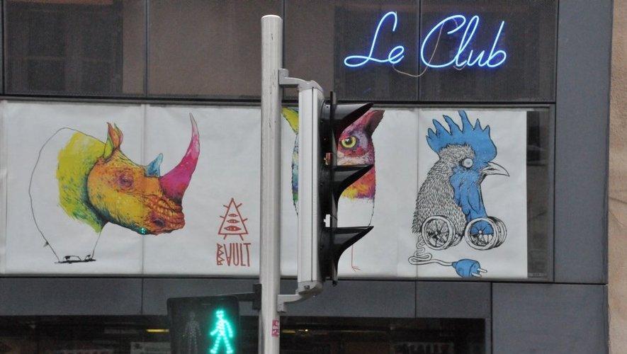 Les dessins de Bault s'affichent en grand sur le portail d'entrée.