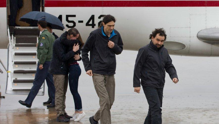 Photo fournie par le gouvernement espagnol de l'arrivée des trois journalistes, Angel Sastre (d), Jose Manuel Lopez (c) et Antonio Pampliega (2e g), à l'aéroport de la base aérienne de Torrejon près de Madrid, le 8 mai 2016