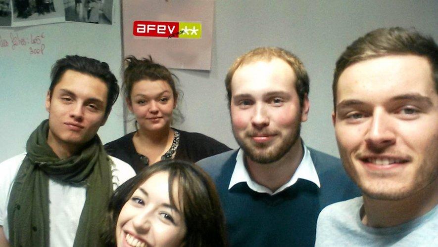 Camille Plagnard (au fond) entourée des volontaires en service civique de l'Afev.