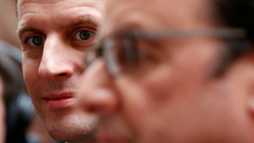 Le ministre de l'Economie Emmanuel Macron (g) et le président François Hollande (d) à l'Elysée à Paris, le 2 mars 2016