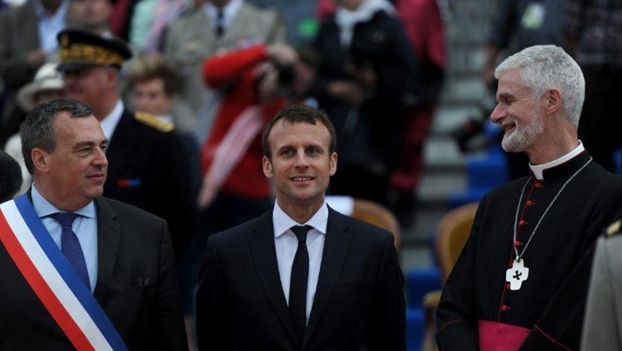 """Le maire d'Orléans Olivier Carre, le ministre de l'Economie Emmanuel Macron et l'évêque d'Orléans Mgr Jacques Blaquart pendant les """"fêtes johanniques"""" d'hommage à Jeanne d'Arc à Orléans le 8 mai 2016"""